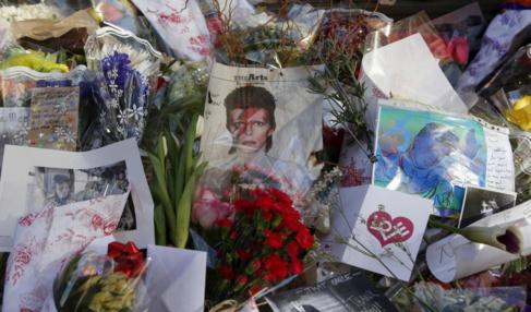 Homenaje a Bowie en la puerta de su casa en Nueva York.
