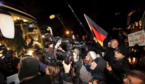 Medios de comunicación y manifestantes se agrupan frente a un...