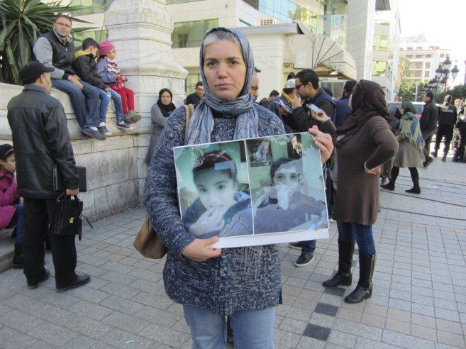 Sanaa, con la foto de sus hijas gemelas Huda y Nur, secuestradas por...