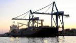 Grúas portuarias desembarcando contenedores de un carguero