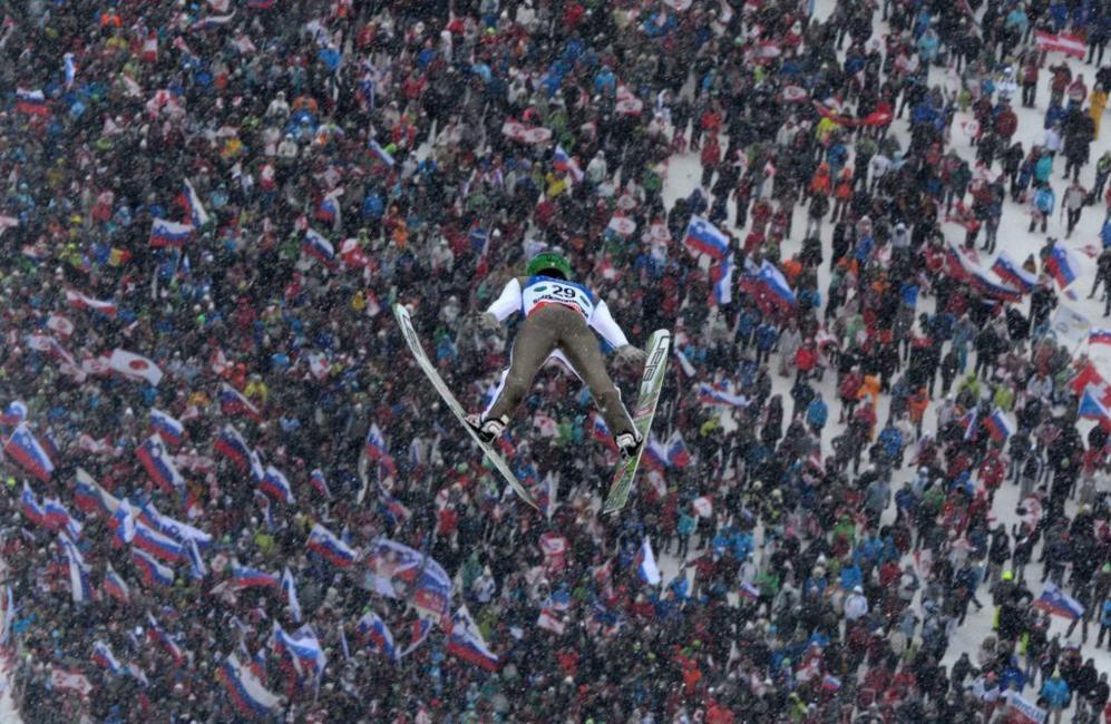 Peter Prevc, de 23 años, con un colosal salto de 244 metros, sucedió en el historial de la competición al alemán Severin Freund, ganador hace dos temporadas en el trampolín checo de Harrachov.