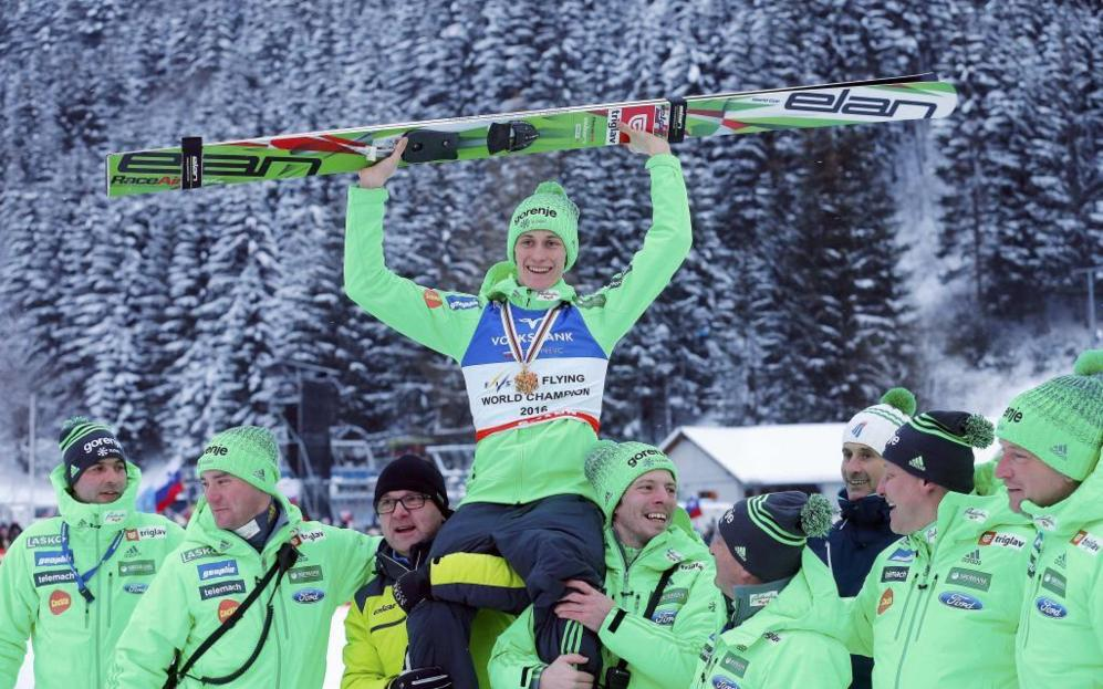 Peter Prevc, que saltó 244 metros y mejoró su propio récord en el trampolín gigante del Kulm, en Bad Mitterndorf (Austria).