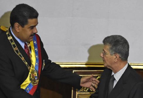 Nicolás Maduro (izda.) y Henry Ramos Allup, en la Asamblea Nacional...