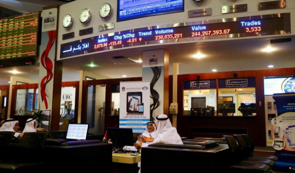 Varios 'traders' siguen la sesión en los mercados en la...