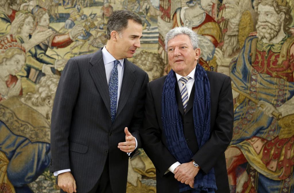 Felipe VI conversa con el diputado de Nueva Canarias Pedro Quevedo en...