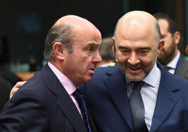 Luis de Guindos y Pierre Moscovici en Bruselas