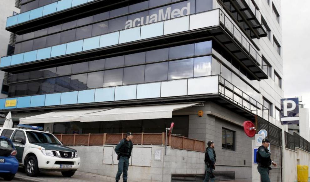 Agentes de la Guardia Civil, en la sede de la empresa Acuamed en...