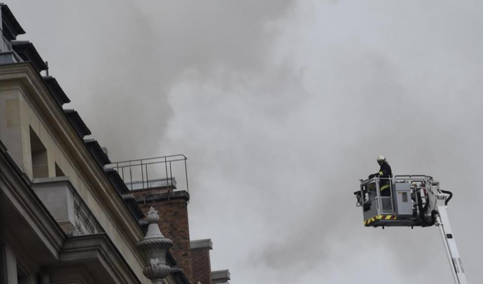 Uno de los bomberos trabaja en las labores de extinción del incendio...