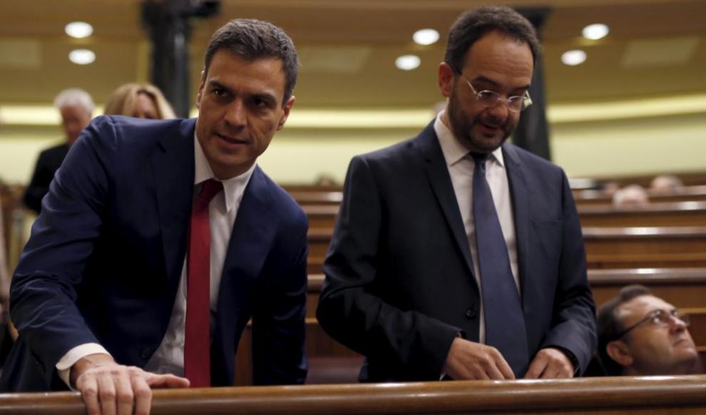 Pedro Sánchez y Antonio Hernando, en el último pleno de la X...