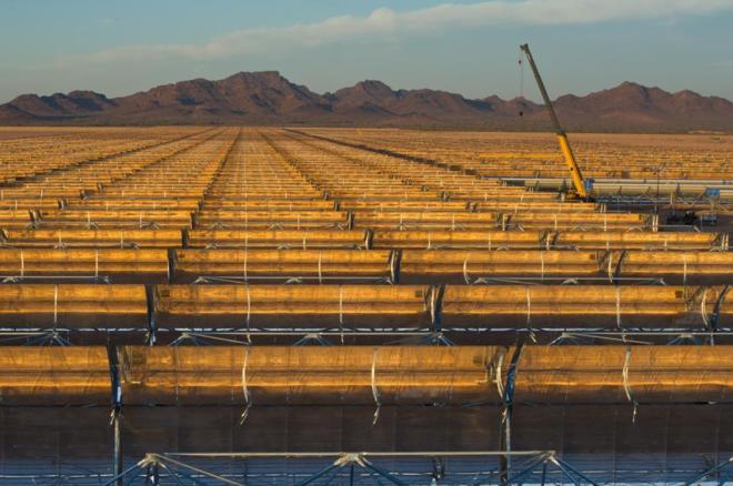 Obras de construcción de la mayor planta solar del mundo, de Abengoa,...