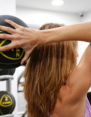 Ejercicios para fortalecer los brazos con un balón medicinal.