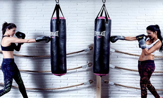 Trainers de B3B haciendo boxeo