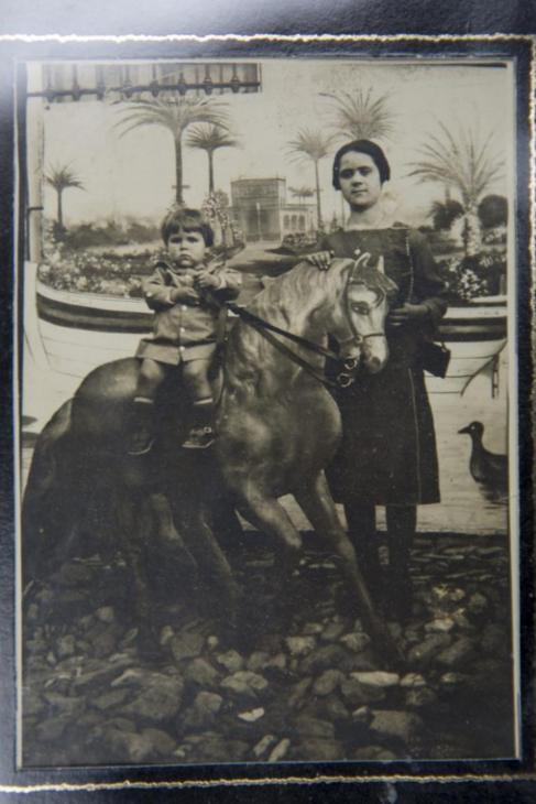 María Martín Núñez (a la derecha, de pie junto a un familiar),...