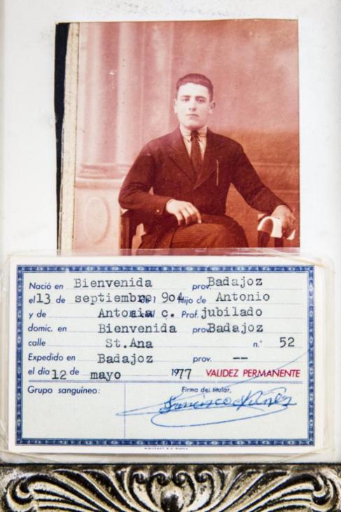Foto antigua de 'Marchena' en su juventud y su Documento Nacional de...