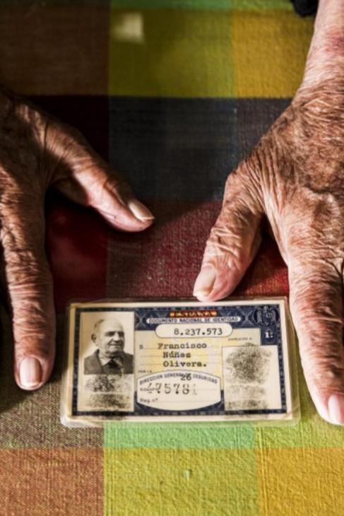 Las grandes manos del centenario extremeño, que trabajó toda su vida...