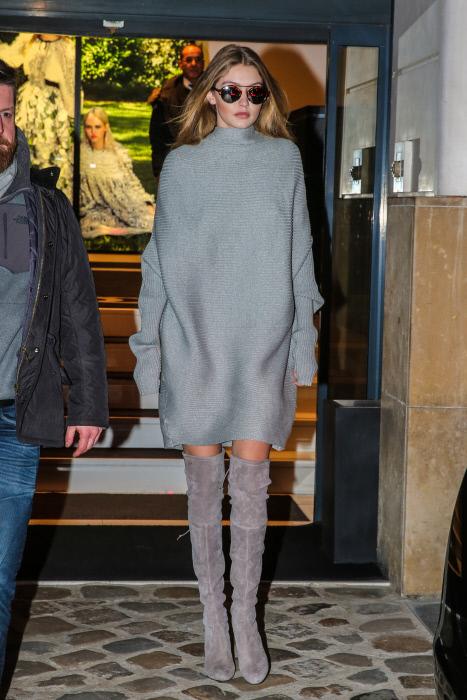 La modelo Gigi Hadid, disfrutando de la noche parisina con un 'look'...