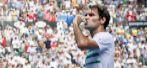 Roger Federer bebe agua durante su partido ante Berdych.