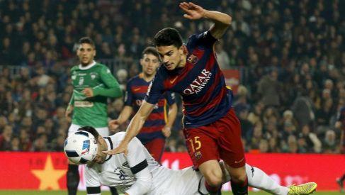 Bartra lucha por el balón ante el Villanovense, último partido que...