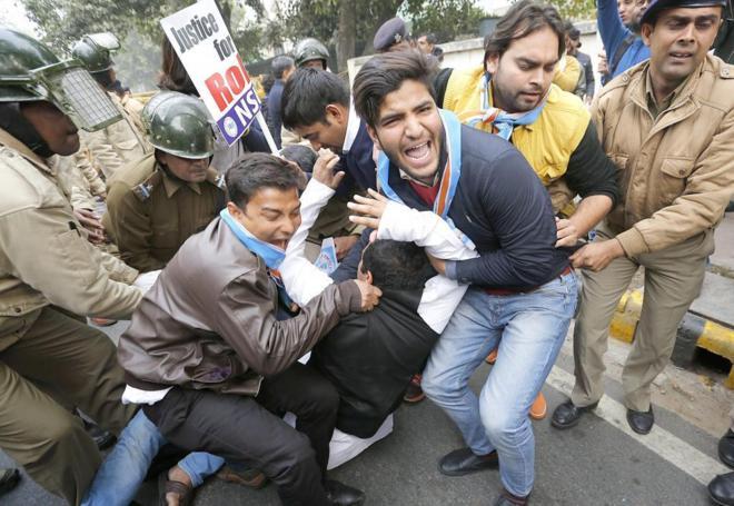 Activistas del Sindicato Nacional de Estudiantes de la India son...
