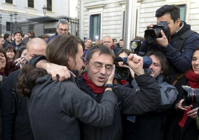 Pablo Iglesias y Juan Carlos Monedero se abrazan a las puertas del...