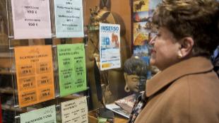 Una mujer mayor de 65 años mira ofertas de viaje del Imserso