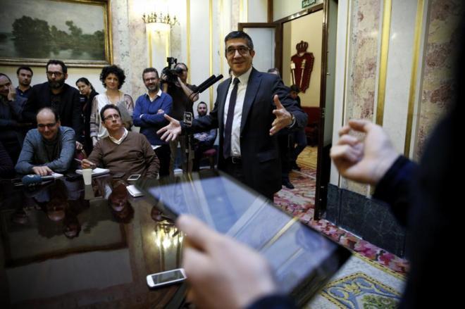 Patxi López atiende a los periodistas tras la reunión de la Mesa del...