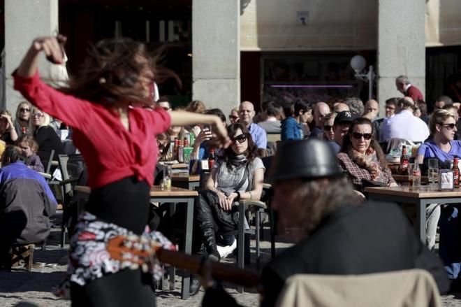 Turistas disfrutando del sol en la Plaza Mayor de Madrid