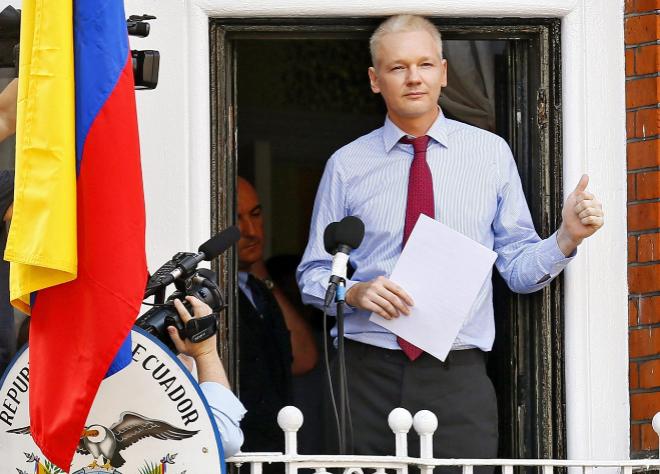 Julian Assange durante una declaración pública desde el balcón de la Embajada de Ecuador en Londres en 2012.