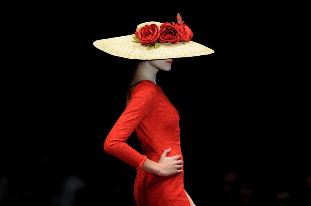 Una modelos desfila con un diseño de Ángeles Galvez durante la Feria...
