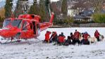 Helicóptero y perros de los equipos de rescate.