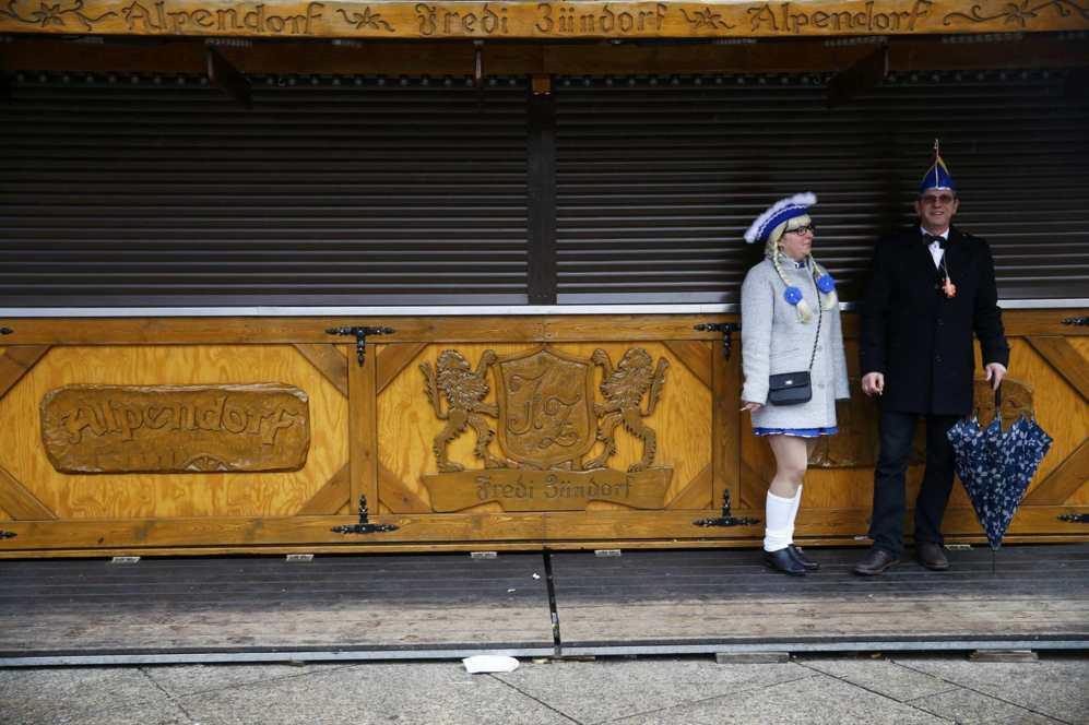Un pareja disfrazada se resguarda de la lluvia después del desfile...