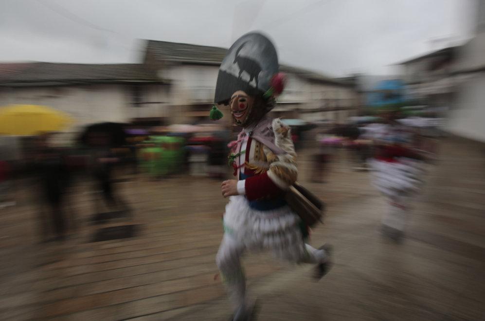 """Los """"Peliqueiros"""" corren a través de una calle en el pueblo de Laza,..."""