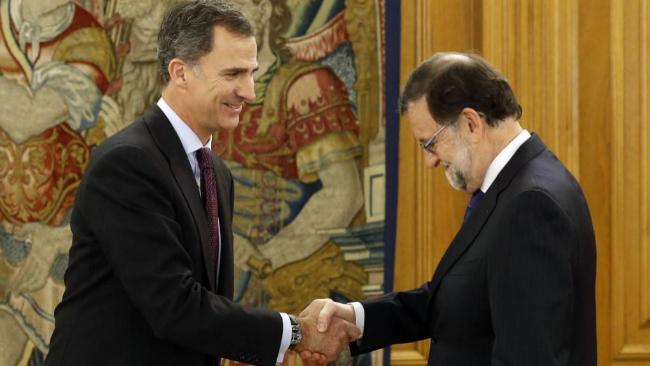 Mariano Rajoy saluda al Rey Felipe VI, el pasado 2 de febrero, durante...
