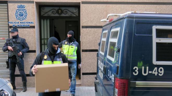 Agentes de la Policía Nacional, durante el registro en el domicilio...