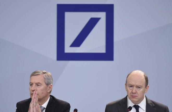 Jürgen Fitschen (izq) y John Cryan (dcha), copresidentes de Deutsche...
