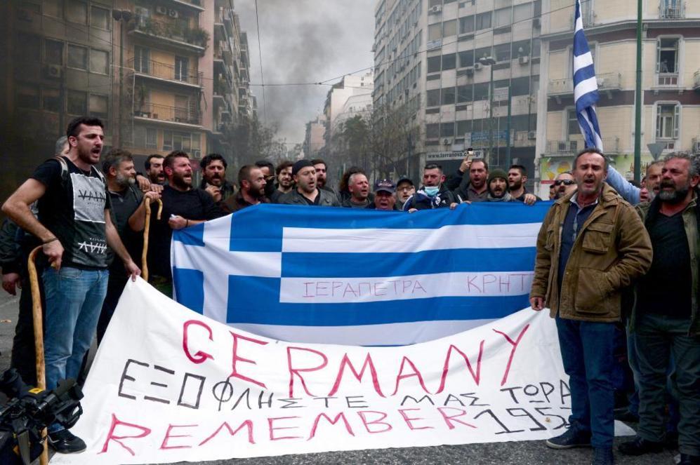 Un grupo de manifestantes contra la reforma de las pensiones sostiene...