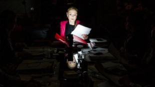 Cristina Cifuentes, en una mesa de trabajo con su equipo en vísperas...