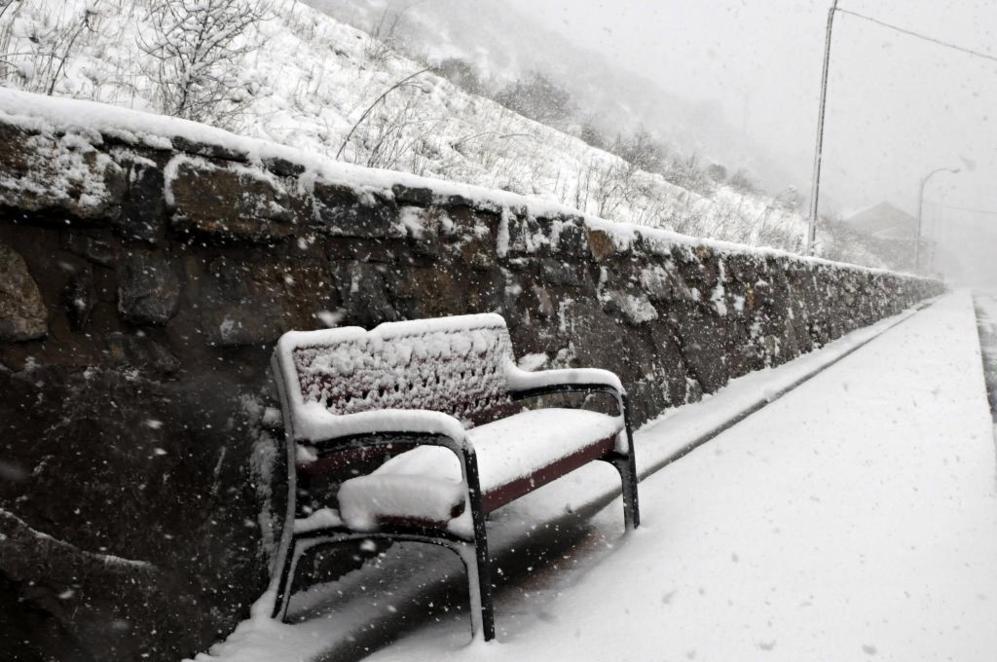 Vista de una calle nevada de la localidad leonesa de Villamanín.
