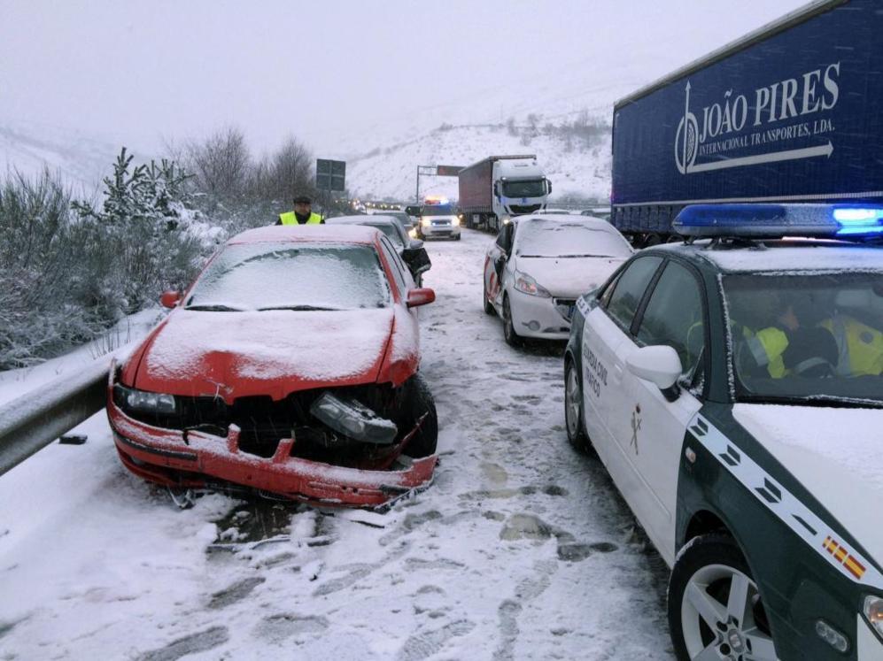 Un accidente multiple ocurrido a causa de la nieve en la A 52 entre A...