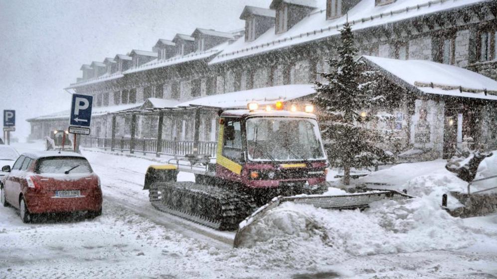 Una máquina quitanieves retira la nieve acumulada en la estación de...