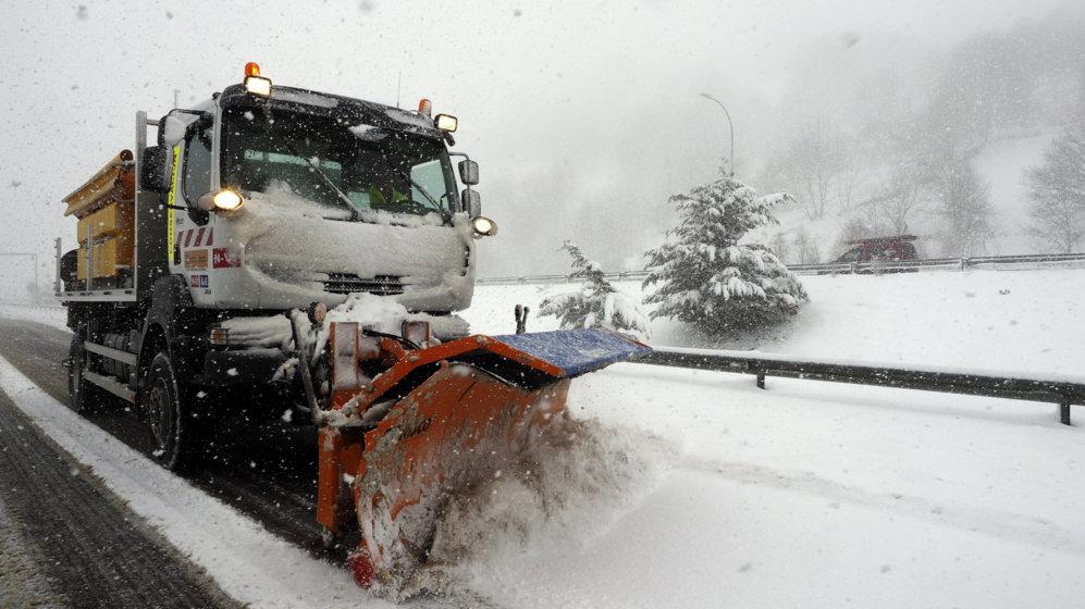 Las intensas nevadas de última hora complican el tráfico. Un camión...