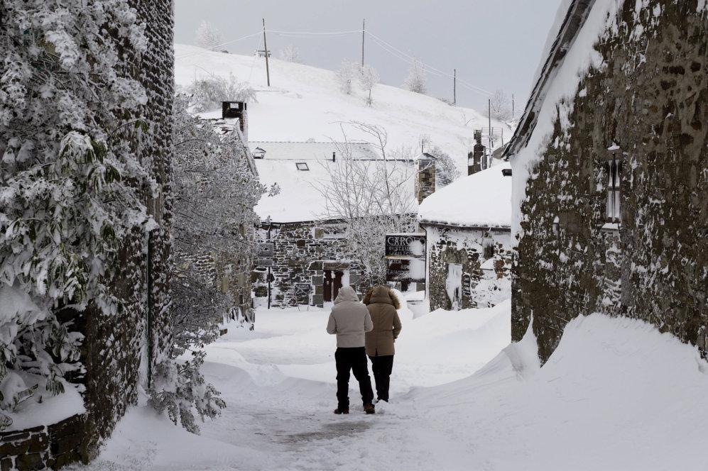 Dos personas caminando por O Cebreiro (Lugo).