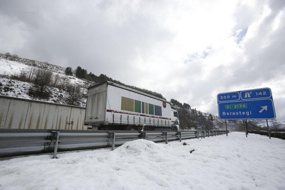 Un camión circula por la autovía A-15 que une Gipuzkoa con Navarra.