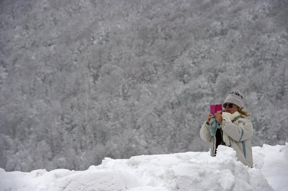 Una mujer realiza una fotografía en el Alto de Ibañeta (Navarra).