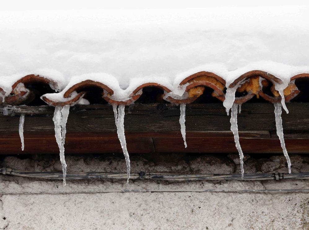 Nieve congelada en un tejado de Pajares (Asturias).