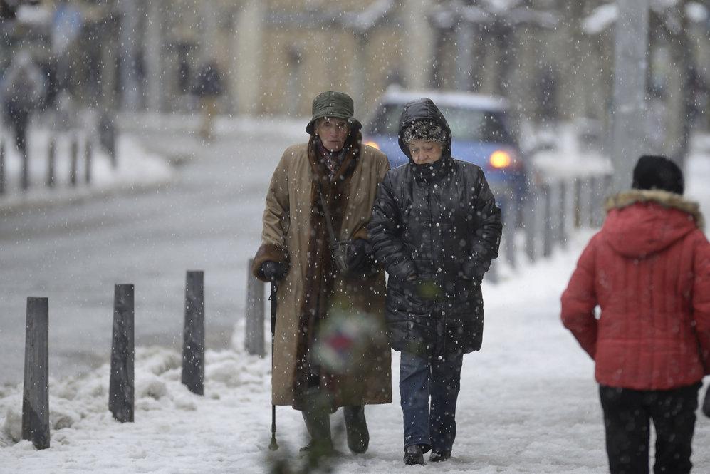 Personas caminando por una calle en Reinosa (Cantabria).