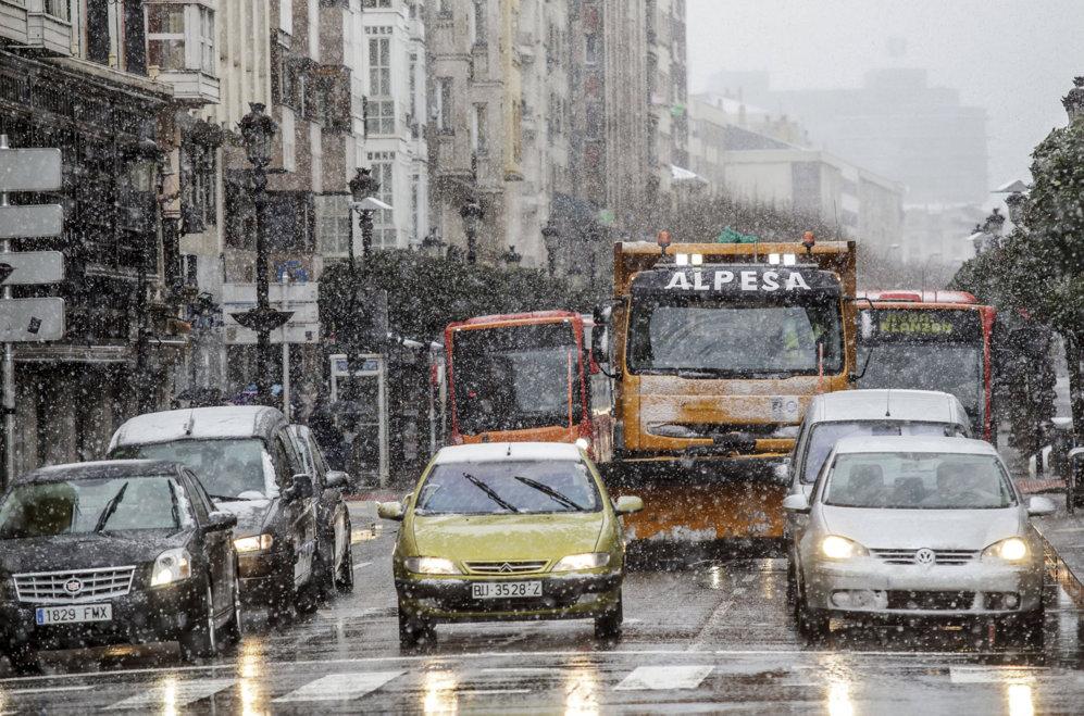 Varios vehículos circulando por una de las calles céntricas de la...