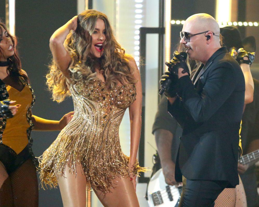 Sofía Vergara y Pitbull en la 58 Edición de los Premios Grammy en...
