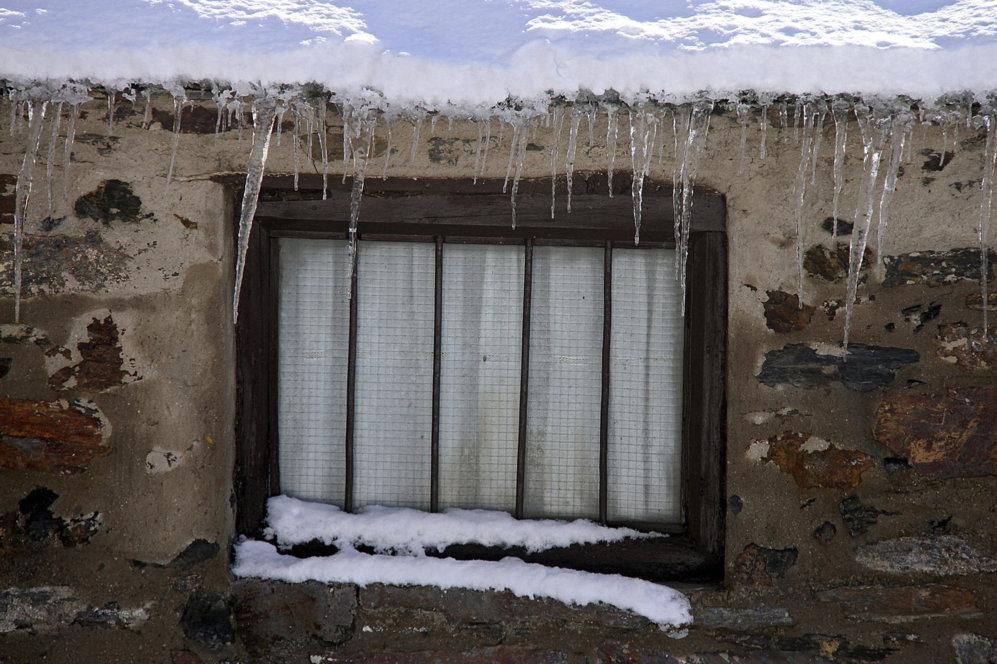 Carámbanos y nueve en el tejado de una casa en la comarca de la...