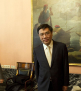 El presidente del banco chino ICBC, Jiang Jianqing durante una visita...